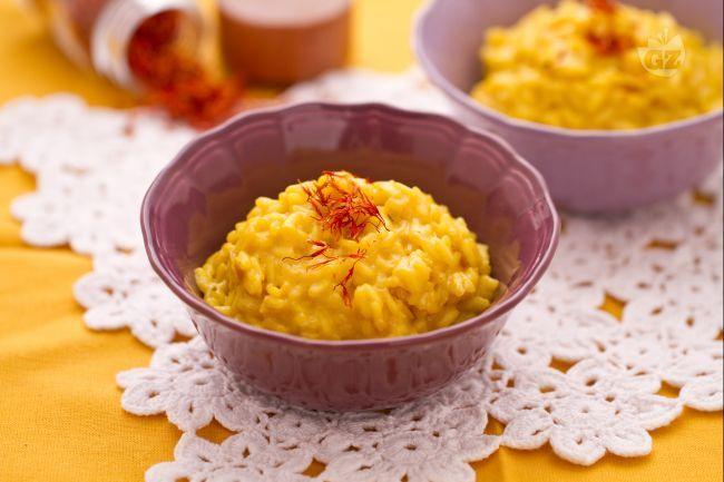 Il risotto allo zafferano è uno dei piatti tipici della tradizione culinaria Milanese infatti è conosciuto anche con il nome di risotto alla milanese.