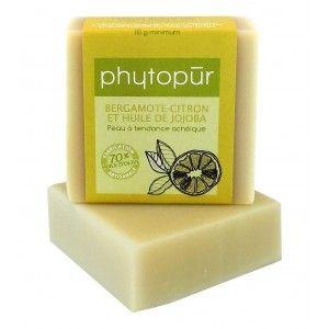 SAVON BERGAMOTE CITRON ANTI ACNÉIQUE - Notre savon bergamote-citron est conçu spécialement pour les peaux mixtes ou à tendance acnéique. La combinaison des huiles essentielles de bergamote et de citron et de l'huile de jojoba facilite l'équilibre des peaux mixtes et combat efficacement l'acné. http://savondescantons.com/fr/savons-a-lhuile-dolive/116-savon-bergamote-citron-.html