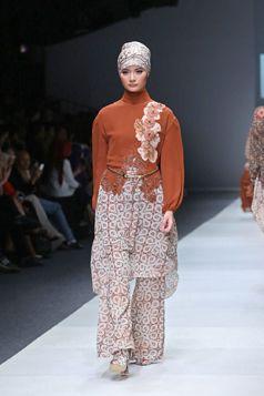 Etnic Fashion Style in Jakarta Fashion Week 2016 - Itang Yunasz S/S Collection | Kalimantan. www.itangsz.com