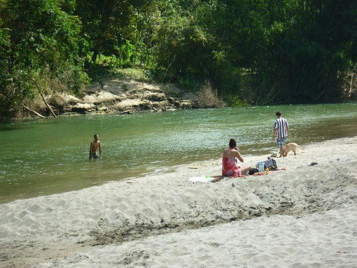 Familia y su mascota disfrutando del Rio Don Diego