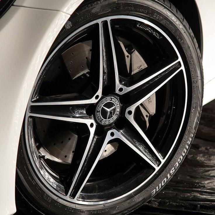 Mercedes-Benz C300 Sport: sedã assume topo de linha da Classe C Marca alemã caba de lançar essa nova versão do Classe C que oferece visual esportivo e motor 2.0 turbo de injeção direta. O C300 Sport é o novo top de linha da família e rende 245 cavalos de potência e 370 Nm de torque acoplado com transmissão automática de nove velocidades. Ele leva o veículo de 0 a 100 km/h em apenas 59 segundos e permite atingir 250 km/h (velocidade limitada eletronicamente). No visual o C300 Sport vem com o…