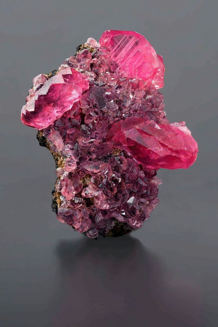Small crystal of #Rhodochrosite from Uchucchacua, Lima, Perù.     Tranparent crystals, nice colour. Size 3x2x1,5 cm.  Credit photo: Simone Citon Collection and photo. ©