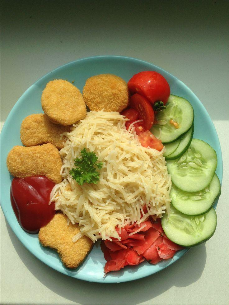 Лапша с печёными нагетсами, домашними овощами, маринованным имбирём и соусом из томлённых томатов. Читай больше: https://t.me/VladMuhinBlog #vladmuhinblog #vlad_muhin #гастрономия #готовимдома #спагетти