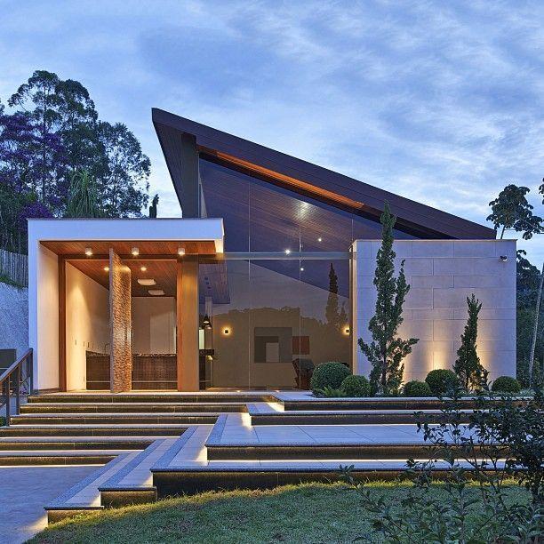 Fantastische Gebäude mit der großen Architektur,…