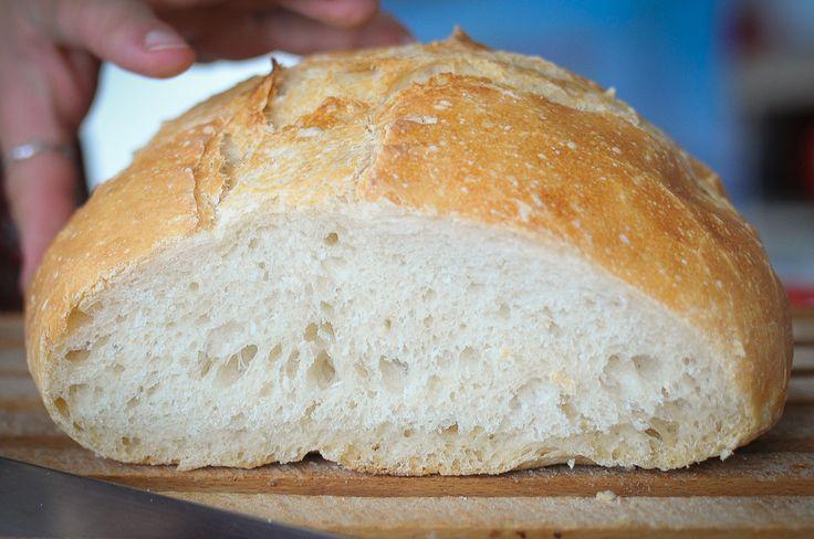 A kenyér ünnepén kedvet kapott a házi kenyérsütéshez? Friss, illatos kenyérrel vágyik a hosszú hétvégén? Csak türelem és egy jó útmutató kell hozzá. Utóbbit adjuk most