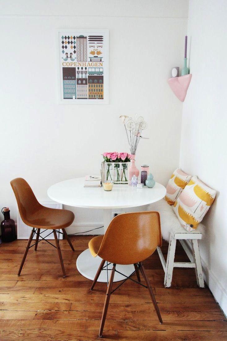 Pour les petits espaces déjeuner, un petit banc à glisser contre un mur est idéal. J'aime ces chaises de style scandinave, ultra minimaliste.
