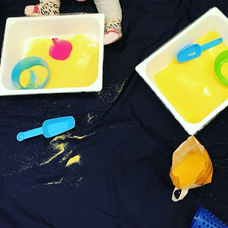 Travasi con la farina gialla per bimbi dai 6 mesi   Mama-o è un centro di arte ostetrica e per la prima infanzia sito a Merate (LC) e Arcore (MB). Per scoprire di più sulle nostre attività visita il sito www.mama-o.it alla sezione corsi o scrivici a info@mama-o.it