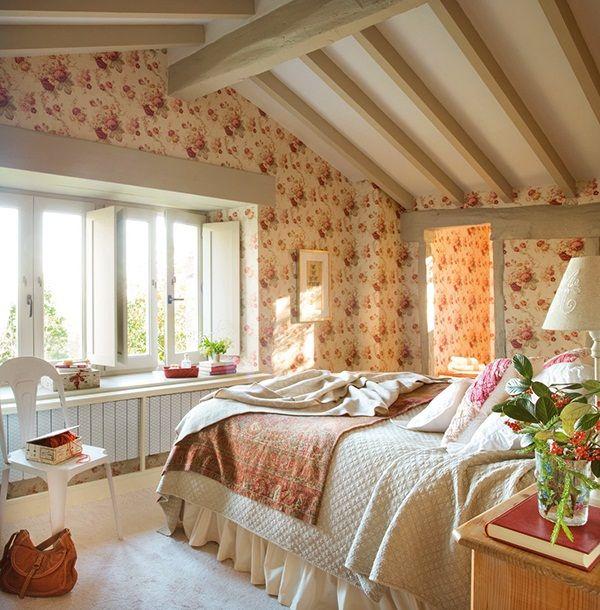 El-Mueble-Vivir-en-una-buhardilla-dormitorio_romantico_con_ventanal_8