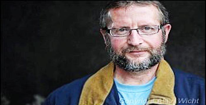 Daniel Streich Embraced | salah seorang anggota partai rakyat Swiss atau SWF di Switzerland. Ia merupakan politikus terkenal karena sikapnya yang menentang keras pembangunan masjid-masjid di seluruh swiss.