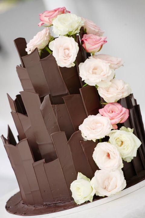 Bolo de Casamento com Fita de Chocolate e Flores Brancas a Rosas