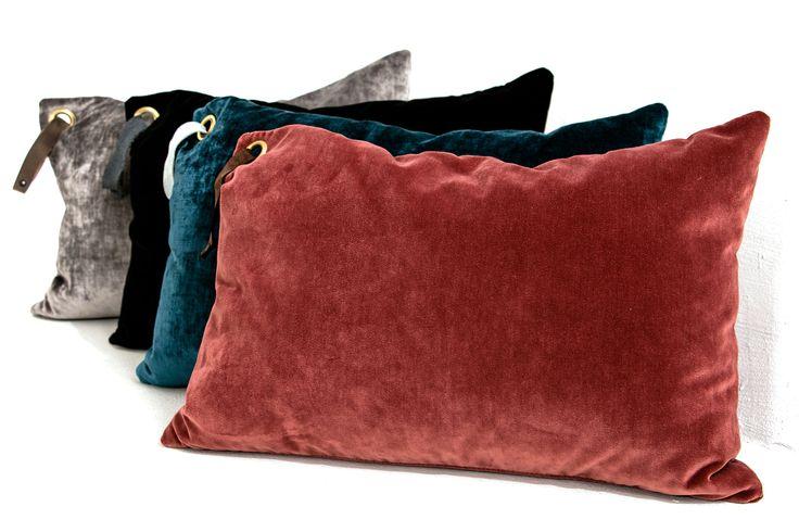 Sammetskuddar, röd, blå, svart, grå, sammet, kuddar, skinnband, vardagsrum, sovrum, inredning, dekoration