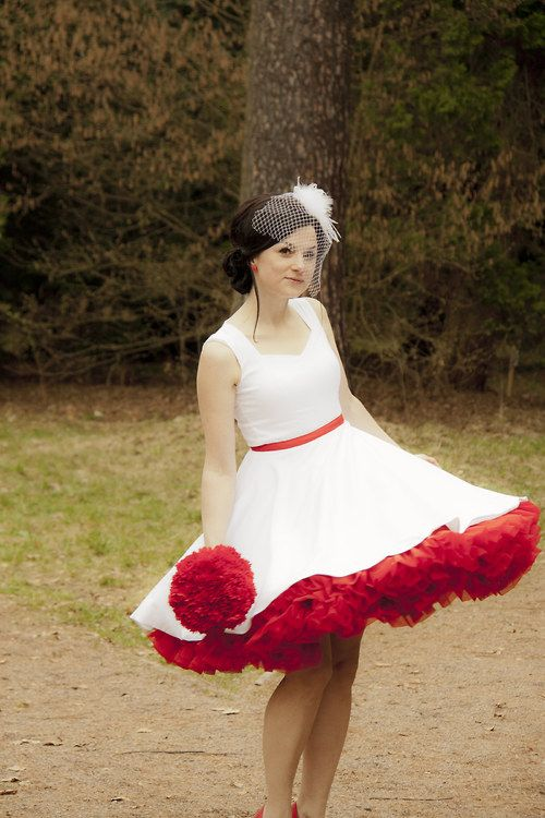Krátké svatební šaty à la 50. léta