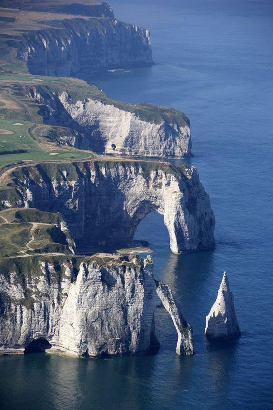 Falaises d'Etretat, Normandie France Una grande emozione vedere queste falesie bianche a picco sul mare e che grande meraviglia il campo da golf sopra l'altura: indimenticabile