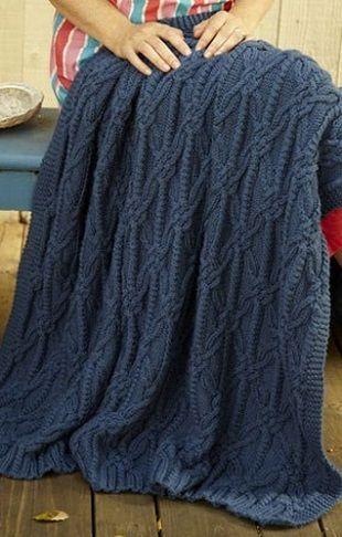 Теплый плед с узором из переплетенных петель, вязанный спицами
