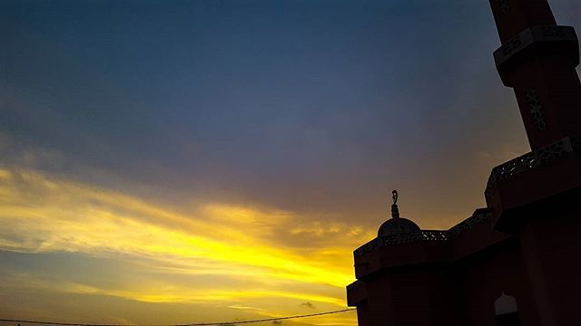 Reposting @bucketofwaves: Faux Sunset Series V Shot on : Samsung Galaxy S6 Edited using : Lightroom (mobile)  #photography #sky #ghana #africa #accra #sunset #vsco #horizon #mobilephotography #sun #clouds #sunlight #scape #nature #landscape #mosque #cityscape #city #views #happy #faux #skies #shine #lightroom #mood #GS6 #outdoors #colorful