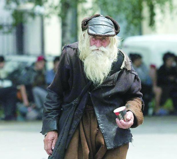 Dobri Dobrev é um senhor de 98 anos de idade que perdeu sua audição na II Guerra Mundial. Dobri Dobrev caminha todos os dias mais de 10 quilômetros de sua casa até o centro de Sófia, Bulgária, para arrecadar doações, mas o dinheiro é todo revertido para a caridade.