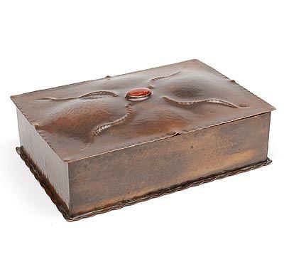 Botterweg Auctions Amsterdam > Gehamerd koperen doos met ovale geslepen carneool op deksel, ontwerp & uitvoering H.J.G.Stroeve, in eigen atelier, Den Haag ca.1930