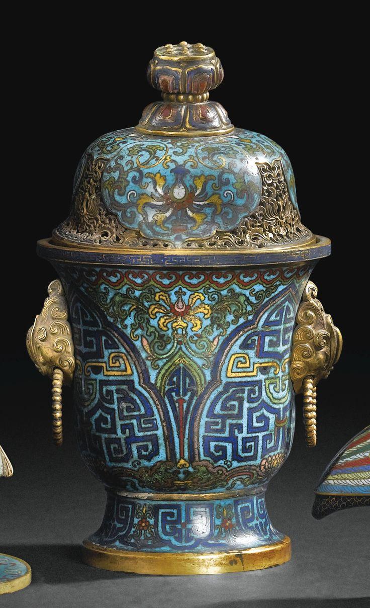 Brûle-parfum couvert en bronze doré et émaux cloisonnés <br>Chine, dynastie Qing, XVIII<sup>E</sup> siècle | lot | Sotheby's
