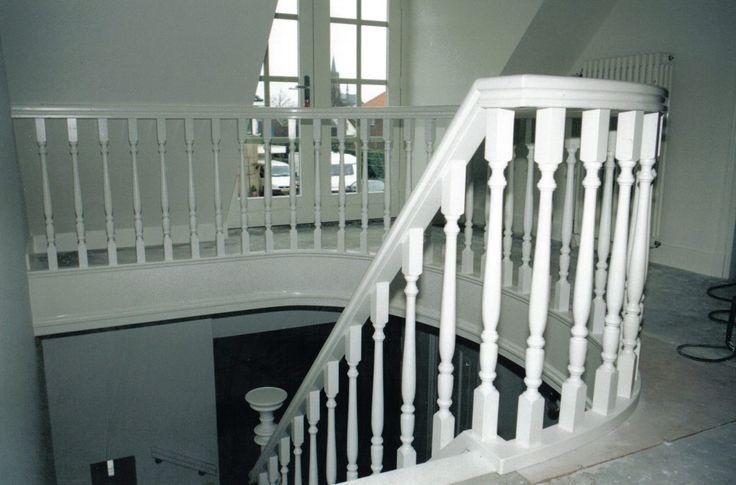 Klassieke houten trap | witte trap | hekwerk van gedraaide spijlen | passie voor hout | meester in trappen