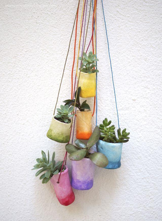 Kijk wat ik gevonden heb op Freubelweb.nl: een gratis werkbeschrijving van Journey into Creativity om deze leuke plantenhangers te maken https://www.freubelweb.nl/freubel-zelf/zelf-maken-met-klei-planthangers/