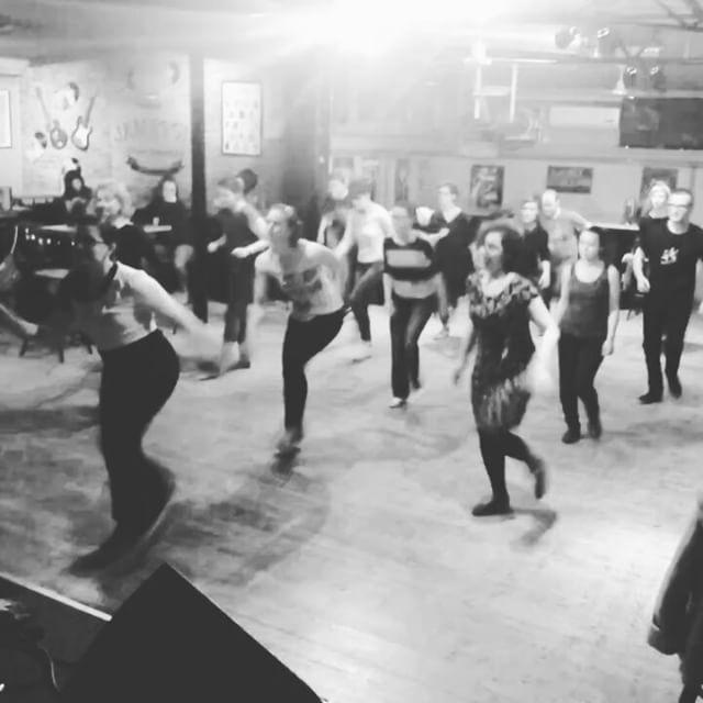 Autentični Solo Jazz Charleston Andrea Vozila. To je druga klasa ove grupe. Jednostavno fantastično! Iznenađujuće radni ljudi! #backtoswing #authenticsolojazz #swingdance #zagreb ...      Autentični Solo Jazz Charleston Andrea Vozila. To je druga klasa ove grupe. Jednostavno fantastično! Iznenađujuće radni ljudi! #backtoswing #authenticsolojazz #swingdance #zagreb  https://scontent.cdninstagram.com/t50.2886-16/16838464_1305351249531003_4256348118305472512_n.mp4