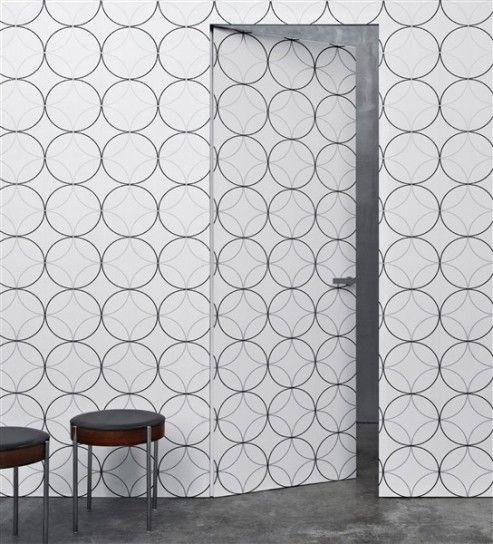 Cerchi per rivestire la porta - Se volete conferire un tocco originale alla vostra casa rivestite le porte con la carta da parati. Scegliete le fantasie e i colori che meglio si adattano agli arredi della vostra abitazione, l'effetto è assicurato. Se amate lo stile shabby, rivestite la porta con carta da parati con motivi floreali nelle tinte pastello. Se invece preferite un ambiente più moderno scegliete una carta da parati con disegni geometrici e colori decisi. Nella figura accanto…