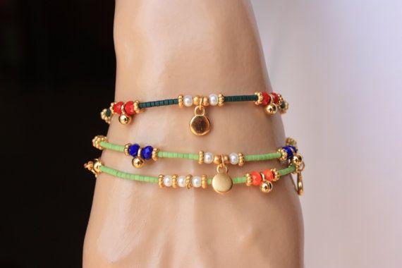 Es una pulsera de estilo étnico que es decorado cal verde afgano perlas, cristales de 4mm, 3mm cristal Perla oro lleno encanto y espacio. Acabado también cadena y clap llenado oro. Es un gran regalo y también con encanto desgaste diario. Medida: Su muñeca + cadena de extensión 1/2 Por favor seleccione su color de muñeca y de cristal de la lista de El precio es sólo una pulsera Esta pulseras están listos para enviar hoy. Por favor, excepto los artículos con de 15 a 20 días (2-4 semanas) po...