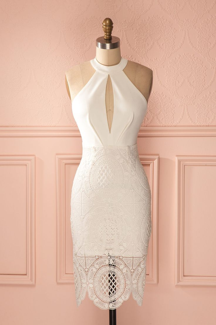 La femme aux yeux comme des joyaux fit une entrée remarquée. The woman with eyes like jewels made a grand entrance. White fitted lace halter dress www.1861.ca