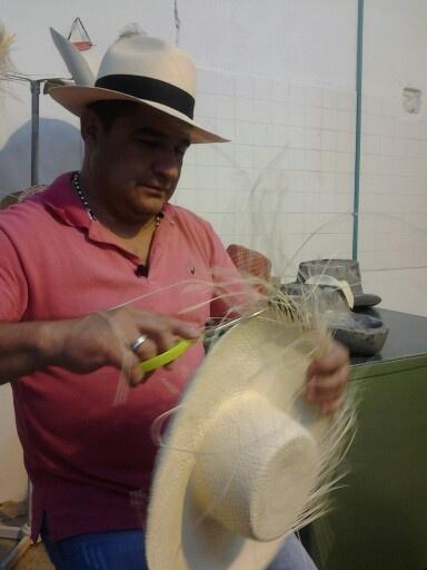 Así entregan los sombreros las tejedoras a los comerciantes