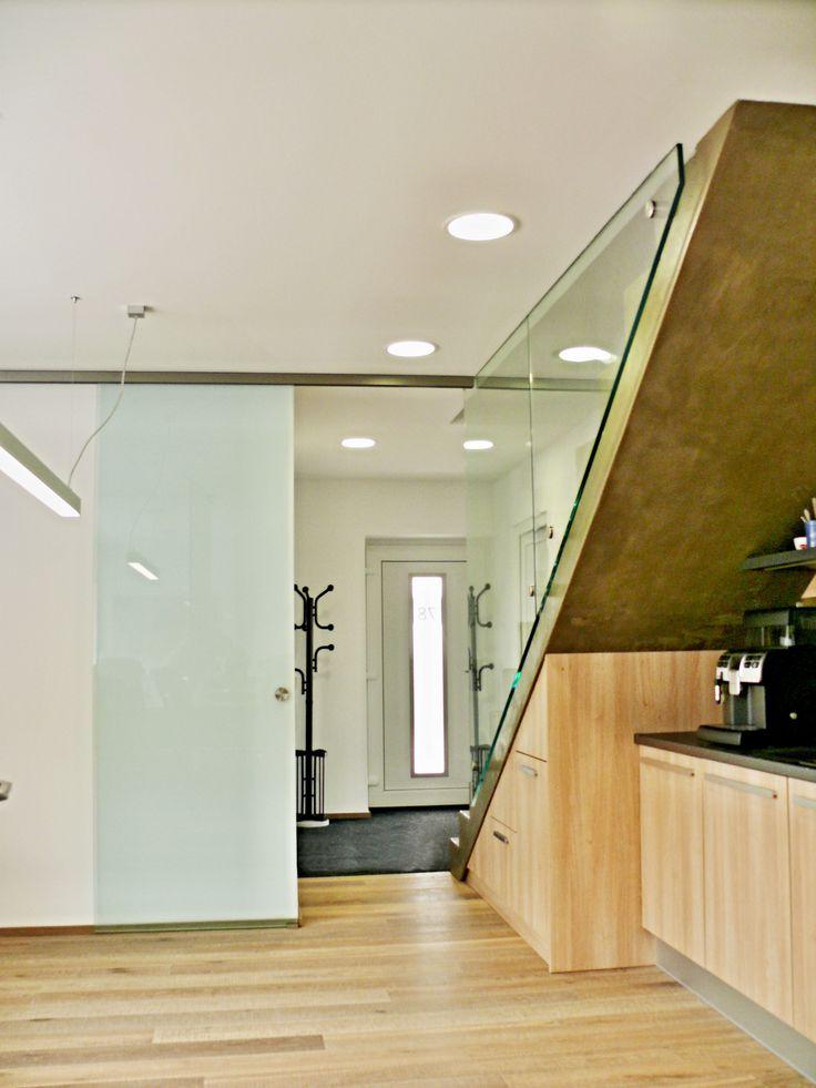 Posuvné skleněné dveře v kombinaci se skleněným zábradlím.