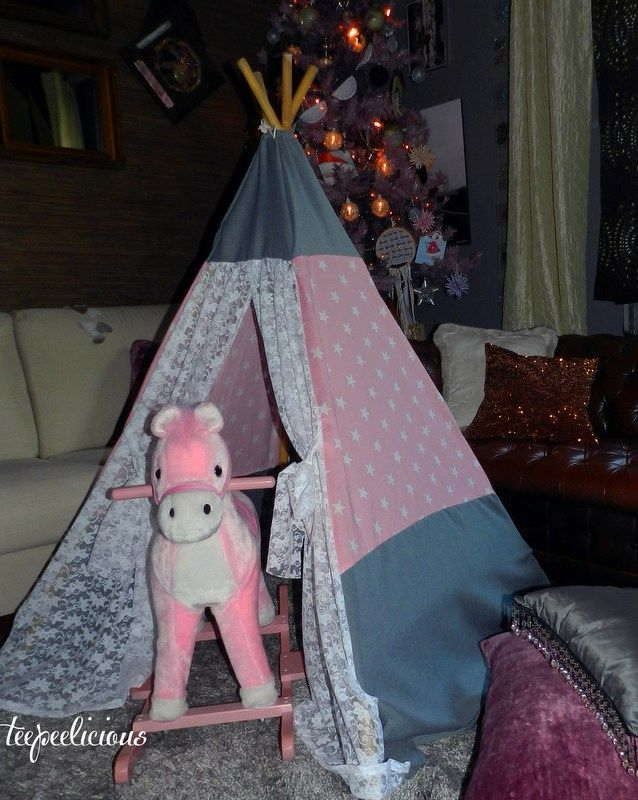 Full of romance for this small teepee with the composition of lace and fashionable stars. You can choose the colors you prefer: Grey or pink base for the white stars and pink, grey or natural canva…