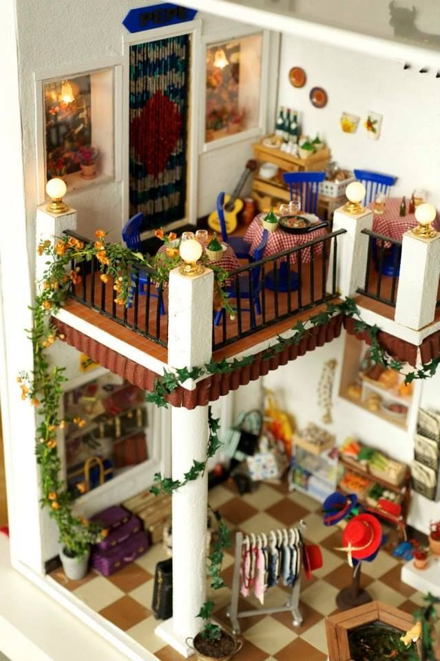Looking for large dollhouses Dollhouse Dreams is