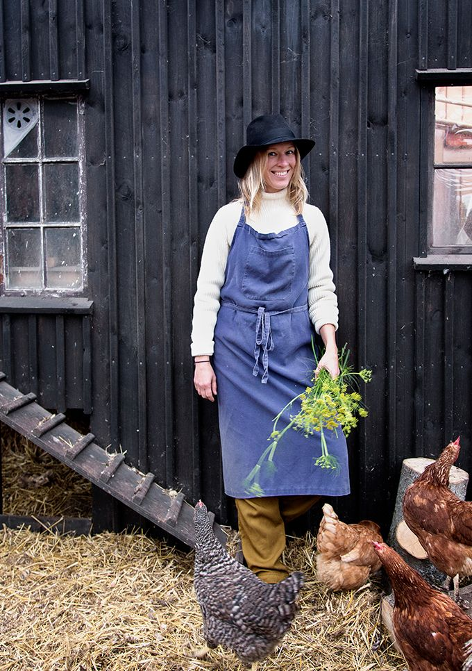 W prostej, przeszklonej altanie – albo zimowym ogrodzie, jak kto woli – na dachu industrialnego budynku w Kopenhadze, otoczona jadalnymi roślinami, warzywami i przechadzającymi się gdaczącymi, szczęśliwymi kurami, znajduje się restauracja Stedsans, do której ustawiają się już większe kolejki niż do Nomy. Dlaczego? Bo luksusem stała się marchewka zrywana na polu, która po 15 minutach ląduje na naszym talerzu.