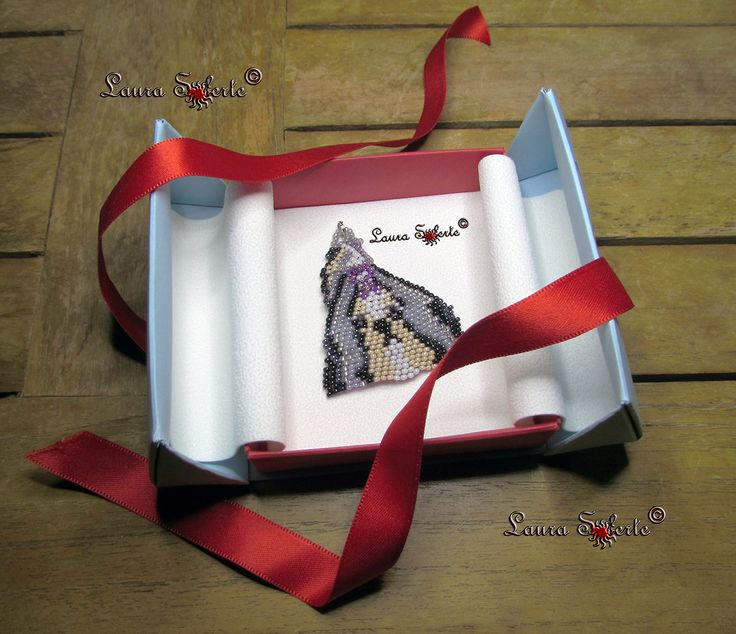 """Ciondolo Shihtzu """"Beauty"""" :  #Shihtzu #shitzu #dog #puppy #ciondolo #pendant #portachiavi #keyring ; realizzato con due #cristalli #cipollotti di #boemia e perline di alta qualità e precisione #rocailles #miyuki ; prezzo a partire da 20 euro"""