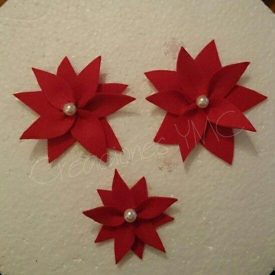 Brochrd de flores navideñas realizadas en fieltro.