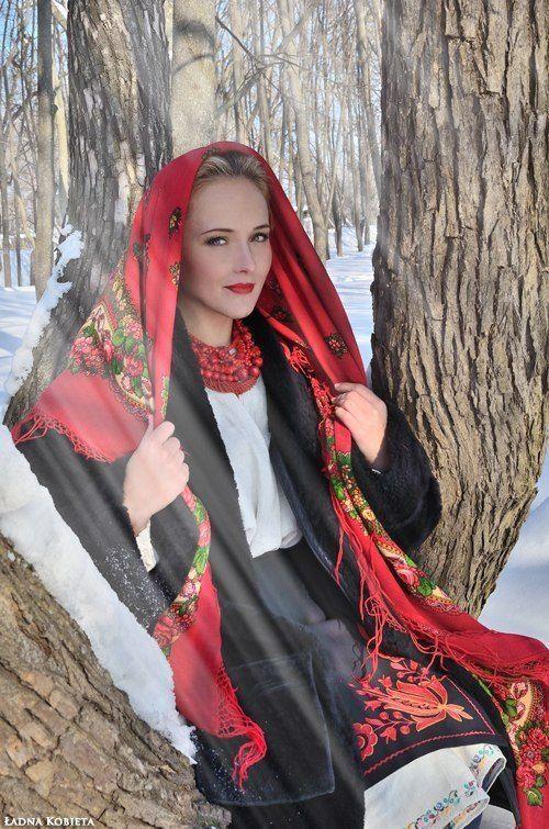 アフリカの王様や酋長の民族衣装やインドの民族衣装で着飾った花嫁、マグリブに住んでいたユダヤ人女性たちの民族衣装などを紹介してきましたが、今回は東欧に住む、伝統的なスラブの民族衣装に身を包んだ非常に...