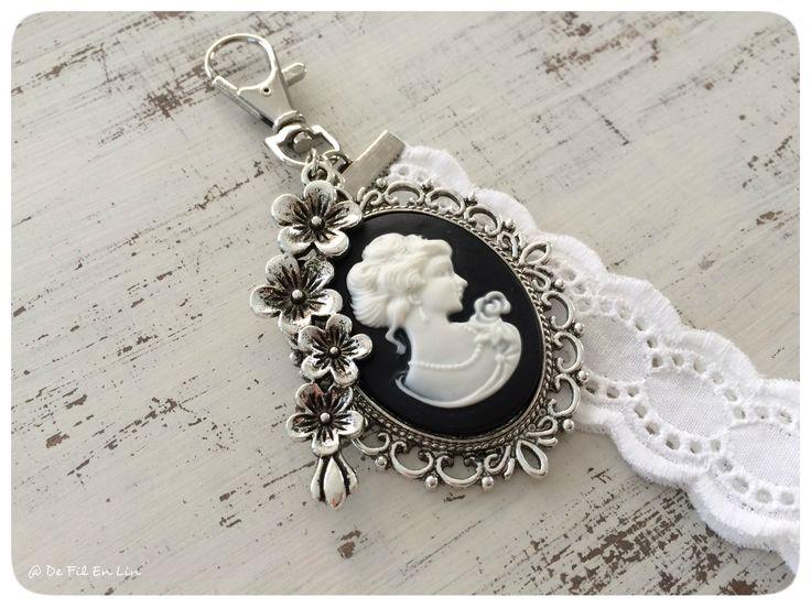 Bijou de sac romantique blanc/noir avec son camée et sa dentelle anglaise (porte-clés) : Autres bijoux par de-fil-en-lin