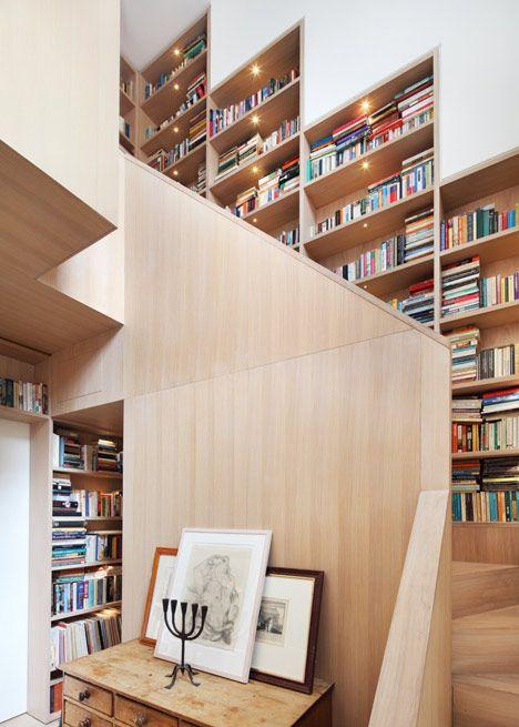 階段脇の壁に埋め込まれた本棚.jpeg もっと見る