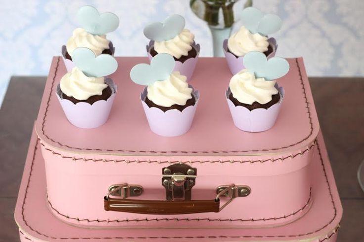 Objetos de decoração como bules, banquinhos e Mini pratinhos destacam as cores candy!