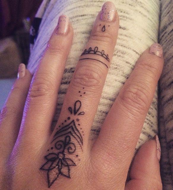Schöne schwarze Finger-Tattoo-Muster von Fliquet …