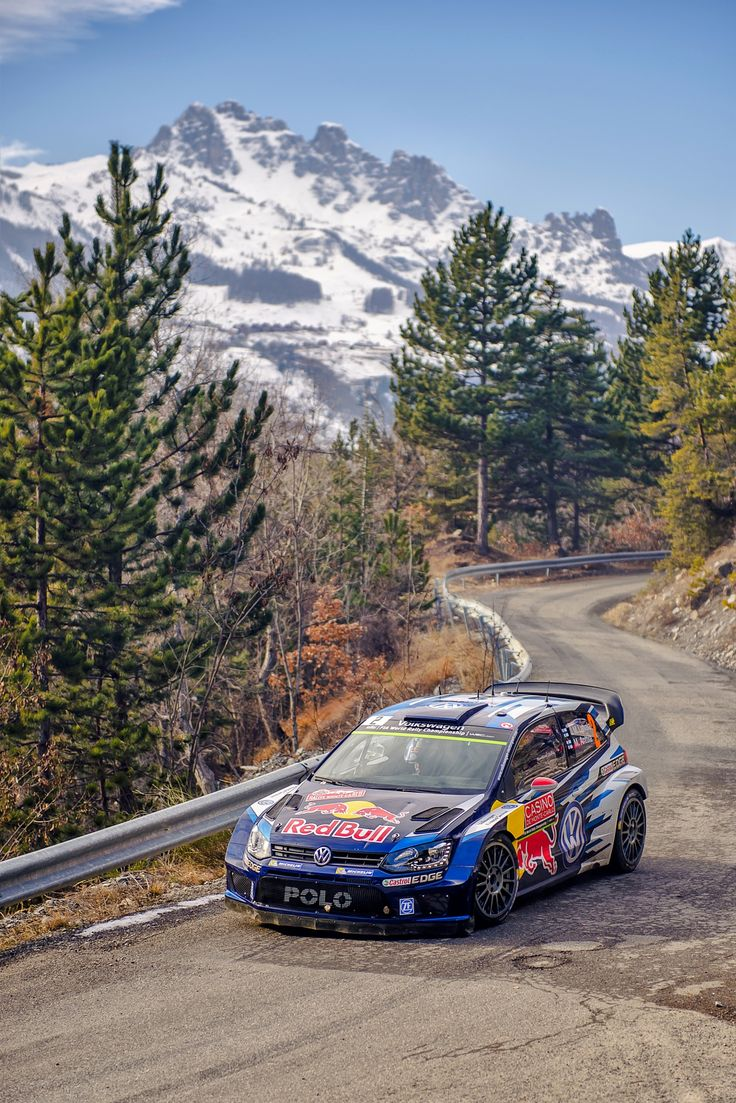 Hiver lointain - L'équipage finlandais vice-champion du monde des rallyes, composé de Jari-Matti Latvala et de son co-pilote Miikka Anttila sur leur Polo R WRC, face aux Aiguilles de Chabrières (2403m), dans la 11ème spéciale particulièrement sèche reliant Prunières à Embrun (Hautes-Alpes) étape du Rallye Monte-Carlo 2015.  Ils termineront second de cette édition 2015.