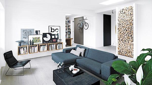 Dřevěná polínka jsou v obývacím pokoji vyskládána nejen jako potrava pro oheň, ale i jako pastva pro oči.