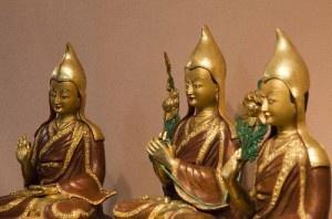 """""""Nossa intenção ao ensinar o Darma não é apenas expandir o budismo. Estamos tentando ajudar as pessoas deste mundo, dando a elas métodos especiais para solucionarem seus problemas humanos diários e conquistarem a felicidade permanente da libertação. Em si o florescimento do budismo não é importante, a não ser que beneficie os outros. Este é o principal propósito do budismo.""""  Geshe Kelsang Gyatso, fundador do Centro Budista Maitreya e de centenas de outros Centros e Templos em todo mundo."""