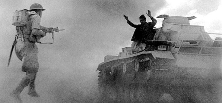 A Panzer III tank crewman surrenders to an advancing Brittish soldier during the Battle of El Alamein, 1942. Un réservoir crewman Panzer III se rend à un soldat britannique avançant au cours de la bataille d'El Alamein 1942.