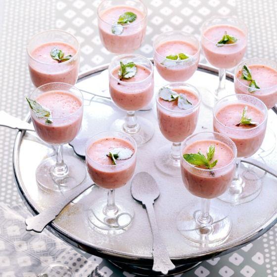 Aardbei panna cotta - Extra feestelijk is deze panna cotta geserveerd in wijnglazen met een blaadje munt en poedersuiker.