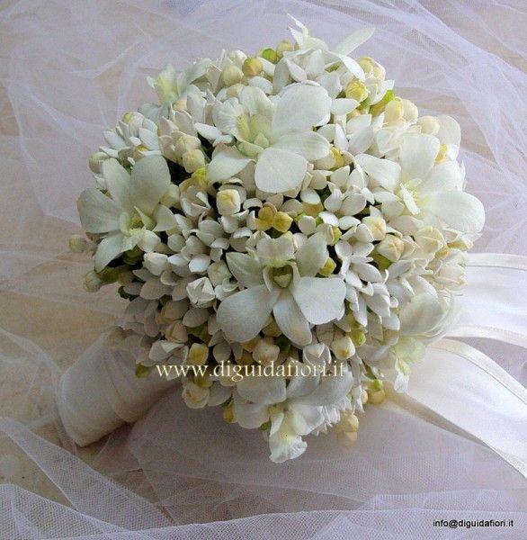 bouquet da sposa con fiori di bouvardia e orchidee dendrobium