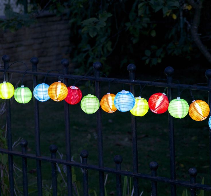 Stringa lunga ben 5 metri, composta da 10 #lanterne cinesi coloratissime ad energia solare che si accendono automaticamente al tramonto.