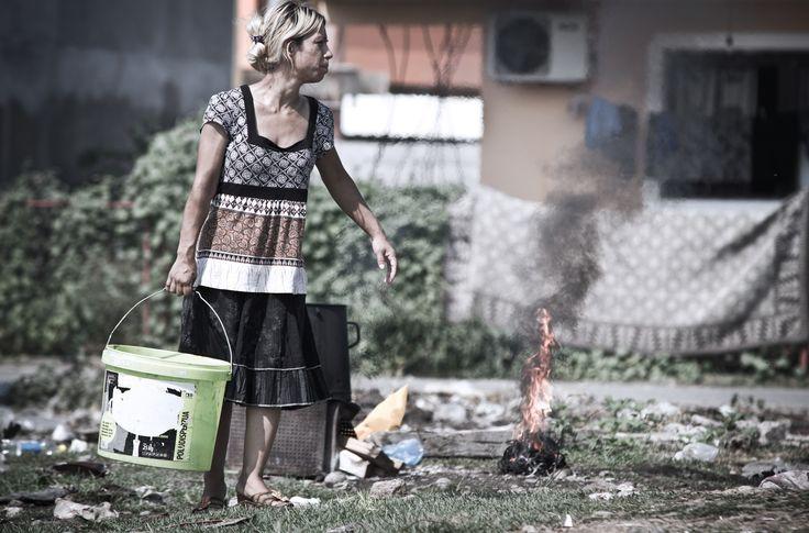 """Nach dem Großbrand im Flüchtlingslager Konik I im Juli 2012 wurden die Personen, die ihre Unterkunft verloren, in Zelten untergebracht. Die Wanderausstellung """"Die vergessenen Flüchtlinge Südosteuropas"""" ist seit dem 27.11. im Landtag Düsseldorf zu sehen. #HilfezurSelbsthilfe #Konik #Montenegro #Roma #HumanitaereHilfe #Fotografie #Ausstellung #Landtag #Duesseldorf #refugees #Fluechtlingslager #Help  Foto: Help/ Judith Büthe"""