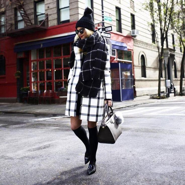 chaussettes hautes en noir, chaussures en cuir, sac assorti et manteau rayé blanc et noir