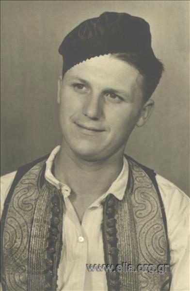 Εορτασμοί της 4ης Αυγούστουι άνδρας με παραδοσιακή ενδυμασία από την Ηπειρο 1937. Nelly's (Σεραϊδάρη Έλλη)